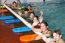 Zimní kurzy pavání začaly v tachovském bazénu. Ročně se tu naučí plavat kolem tisícovky dětí.