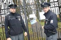 POLICISTÉ Jan Pirožinský a Štěpán Vlček vyvěšovali v sobotu na vstupní brány hřbitovů v Tachově a okolí cedule, které varují před dušičkovými zloději.