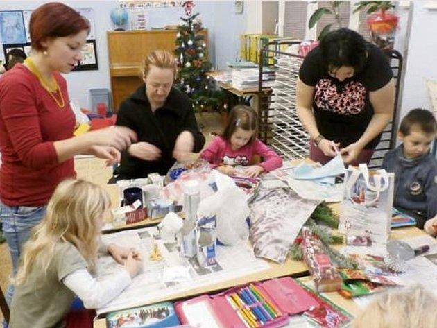 S NĚKTERÝMI výrobky pro školní vánoční jarmark pomáhali také rodiče, kteří s dětmi strávili ve škole jedno odpoledne.
