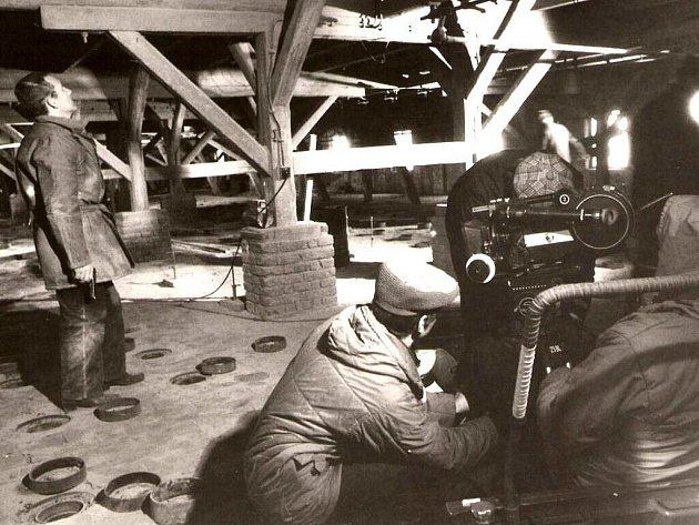 Dobové snímky z natáčení filmu Mravenci nesou smrt.