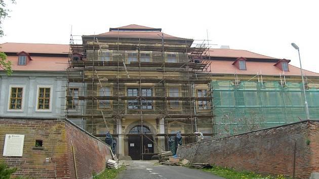 Fasádu průčelí zámku nechává obec Svojšín obnovit v rámci pokračující rekonstrukce památky