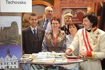 Tachovsko zastupovali v minulosti  na Regiontouru pracovníci kulturního centra v Tachově. Na fotografii jsou společně se starostou Boru Petrem Myslivcem a bývalým tachovským zastupitelem Jaromírem Fořtem (zleva).