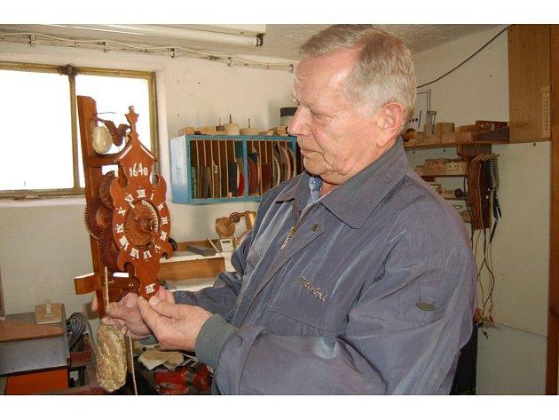 V dílničce na sídlišti vyrábí pan Leonid slavné Švarcvaldky