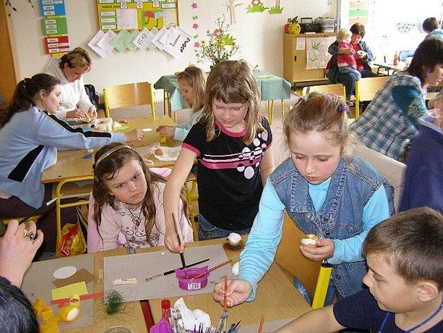 Děti vyráběly velikonoční rekvizity
