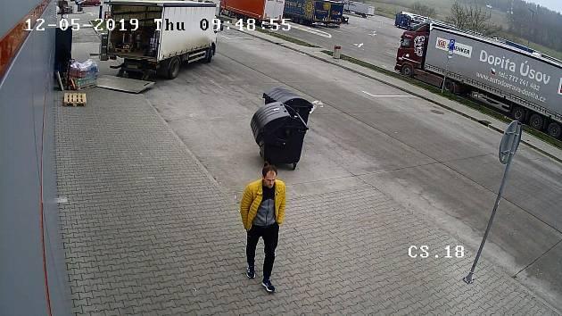 Policie pátrá po zlodějích parfémů.