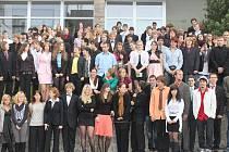 KRAVAŤÁCKÝ DEN. Studenti gymnázia ve společenských oděvech nastoupení khromadnému focení.