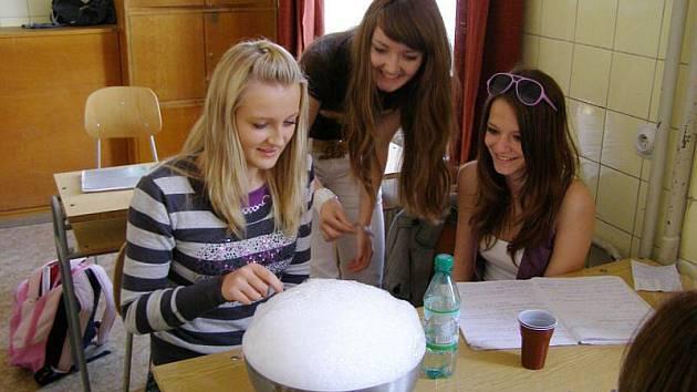 Stříbrští studenti si pochvalovali hodinu interaktivní chemie