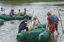Jízda na raftu je podle nováčků jedním z nejadrenalinovějších bodů programu.  Také tady  se studenti naučí týmové spolupráci.