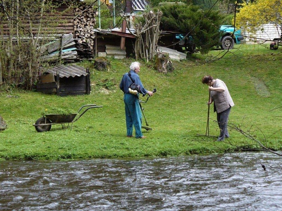 Jarní práce u chaty pod Josefovou Hutí - Mže na Tachovsku.