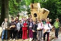 Druhý den sochařského sympozia v Chodové Plané