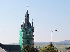 Sedmdesát metrů je vysoká kostelní věž chrámu Nanebevzetí Panny Marie v Tachově. V sobotu se zájemci mohou vydat po schodech až nad hodinový stroj. Z menších oken nad ciferníky se jim pak naskytne  netradiční pohled na město i okolí.