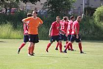 Střelec druhého gólu Sokola Stráž Marcel Hocmann (v oranžovém) smutně hledí k brance svého týmu, kde právě počtvrté skončil míč z kopaček hráčů Slávie Úněšov.