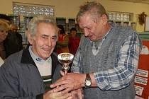 Jaromír Dostál (vlevo) přebírá od předsedy odboru holubů Josefa Veřtata pohár za prácheňského káníka modrého bezpruhého.