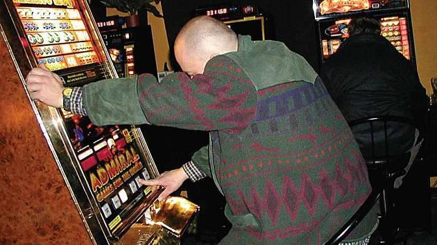 Obce i města zahájily tažení proti hazardu, které svými negativními dopady na společnost českou ekonomiku ročně připraví až o třicet miliard.