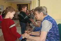DĚTI PŘÁLY BABIČKÁM. Drobotina z tachovské mateřinky v Tyršově ulici přišla poblahopřát důchodkyním k MDŽ. Věře Andrlové předal rozkvetlé kočičky Dominik Pernglau (oba na snímku).