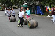 V Chodové Plané se konalo Mistrovství světa v koulení dubových pivních sudů.