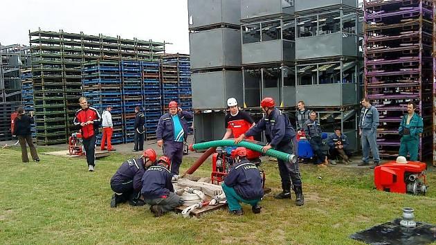 Družstvo dobrovolných hasičů firmy Ideal při přípravě základny k požárnímu útoku