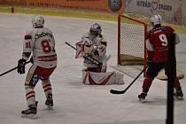 Hokejisté HC Tachov (vlevo Valery Bolonin a gólman Vojtěch Marek) v sobotu hostí poslední Čerty z Ostrova.