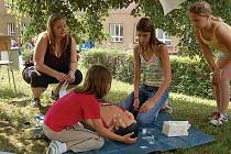 Děvčata z družstva ZŠ Zárečná předvádějí poskytnutí první pomoci