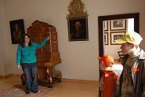 Novou expozici s původním mobiliářem představila na zámku v Boru průvodkyně Pavla Šperková.