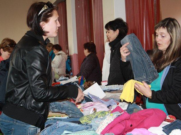 Burzu dětského oblečení uspořádal v sobotu mateřský klub Krteček v Lidovém domě v Tachově