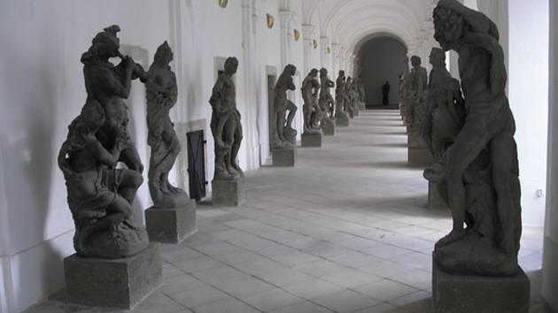 Barokní sochy v klášteře v Kladrubech.
