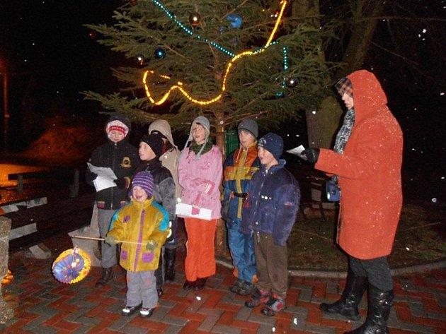 Zpívali u vánočního stromu