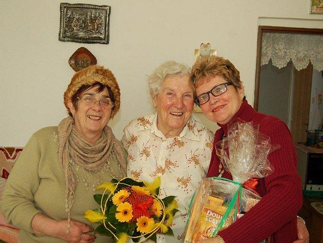 Redakční objektiv zachytil oslavenkyni (na snímku uprostřed) společně s gratulantkami (Annou Báčovou (vlevo) a Marií Zapletalovou.