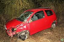 Nehoda si vyžádala tři zraněné osoby. Červená Toyota Yaris skončila po kotrmelci v příkopu.