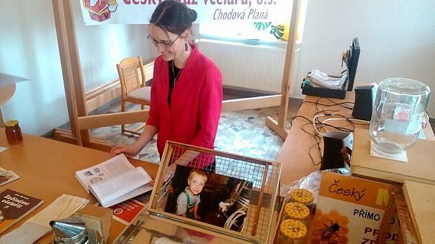 NA VÝSTAVĚ. Zájem o včelařství projevila také Michaela Malinková (na snímku), organizátorka Velikonoční výstavy konané o minulém víkendu v Chodové Plané.