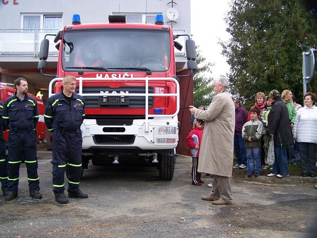 Nové vozidlo pokřtil starosta městyse Chodová Planá Jan Volný