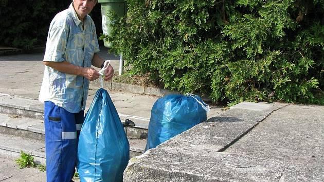 Petr Korodi ze Západočeských komunálních služeb uklízel ve středu kolem tachovského památníku obětem pochodů smrti.