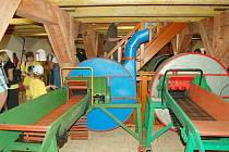 Bezprostředně po slavnostním otevření Vesnického muzea v Halži byl zájem přítomných návštěvníků veliký