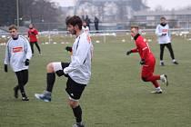 JEDNÍM Z HRÁČŮ, kteří ještě na podzim hráli v Rozvadově, je Jaroslav Žemlička (v popředí), který zimní přípravu odehrál už v dresu  FK Tachov.