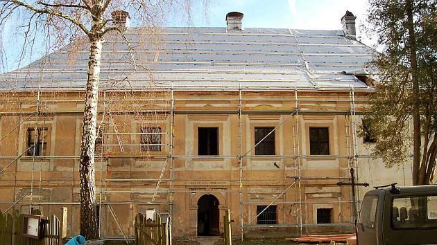 Oprava střechy na faře v Plané.
