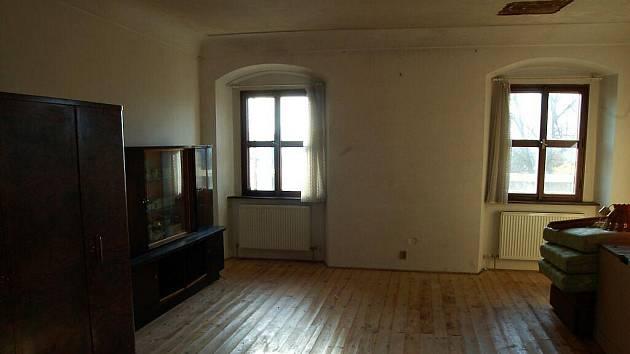 Opravované vnitřní prostory fary v Plané.
