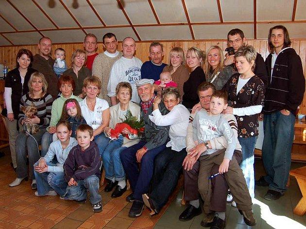 Zlatou svatbu oslavili manželé Erika a Karel Ranglovi z Plané (na snímku uprostřed).
