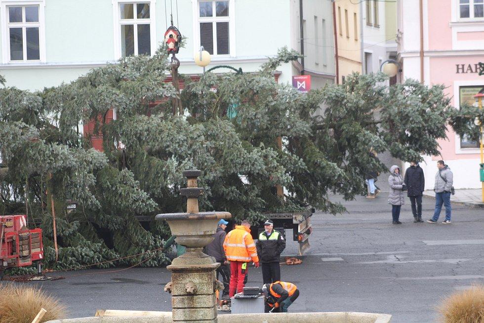Jeřáb instaloval na tachovské náměstí vánoční strom