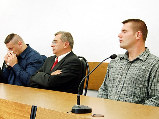 Instruktoři paravýcviku Miroslav Bureš (vlevo) a Lukáš Drašar (vpravo) odešli od tachovského okresního soudu bez trestu.