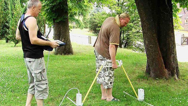 TAchovští hledači pokladů vyzkoušeli nový georadar ruské provenience v městském parku.