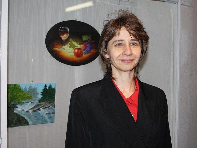 LADA KRATOCHVÍLOVÁ před obrazy, které patří k jejím nejoblíbenějším pracím.