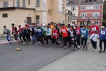 ODSTARTOVÁNO. Běžci na startu Lázeňské osmičky.