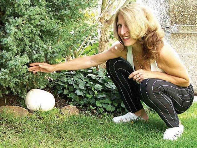 Majka Petzržíková ukazuje jaká veliká houba vyrostla u nich na zahrádce.
