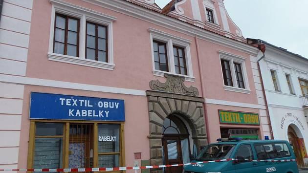 POLICISTÉ zatarasili vozidlem a červenobílou páskou přístup k jednomu z domů na severní straně stříbrského náměstí.