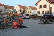 Dělníci finišují s opravou návsi.