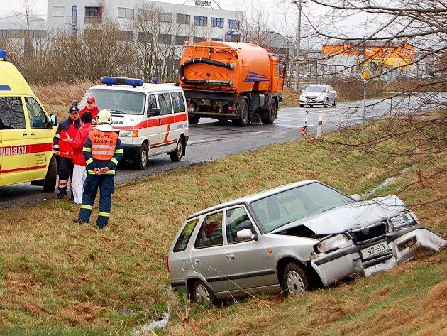 Úmrtím řidičky a lehkým zraněním spolujezdkyně skončila čtvrteční dopravní nehoda