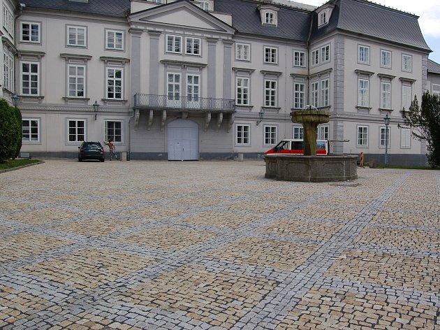 Rekonstruované zadní nádvoří tachovského zámku se stalo oblíbeným místem pro čerstvé novomanžele, kteří využívají zdejší romantické zákoutí k pořízení svatebních fotografií.