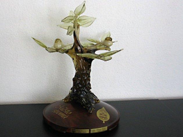 Plastika, kterou získalo město Tachov, symbolizuje strom.
