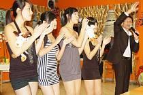 Svaz Vietnamců odměnil děti za jejich studijní výsledky