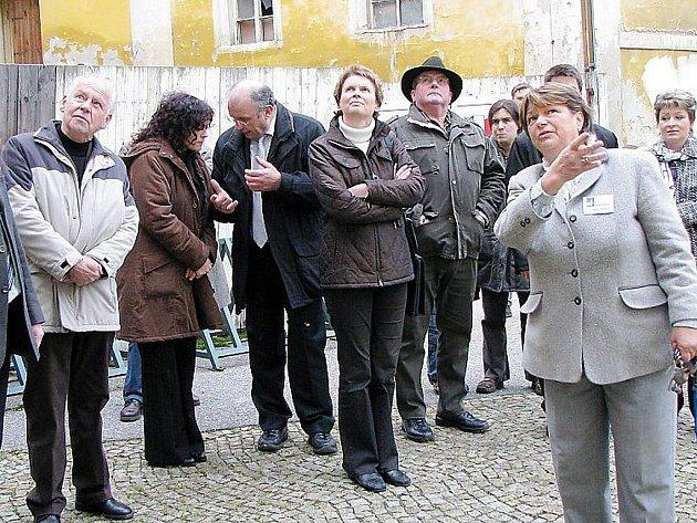 Zastupitelé partnerských měst během prohlídky zámku v Boru